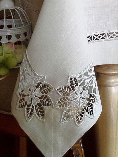 *Yemek masa örtüsü olarak tasarlanmıştır. *Keten kumaşından üretilmiştir. *Beyaz renktedir. *Kenar baskısında beyaz güpür kullanılmıştır. *Makinada yıkanabilir, ağartıcı kullanılmaması önerilir. *Uzun masa örtüsü, kare masa örtüsü ve kare kapak olmak üzere 3 farklı ölçüde üretilebilir. *Seçim kutusundan size uygun ölçüyü seçebilirsiniz.  …