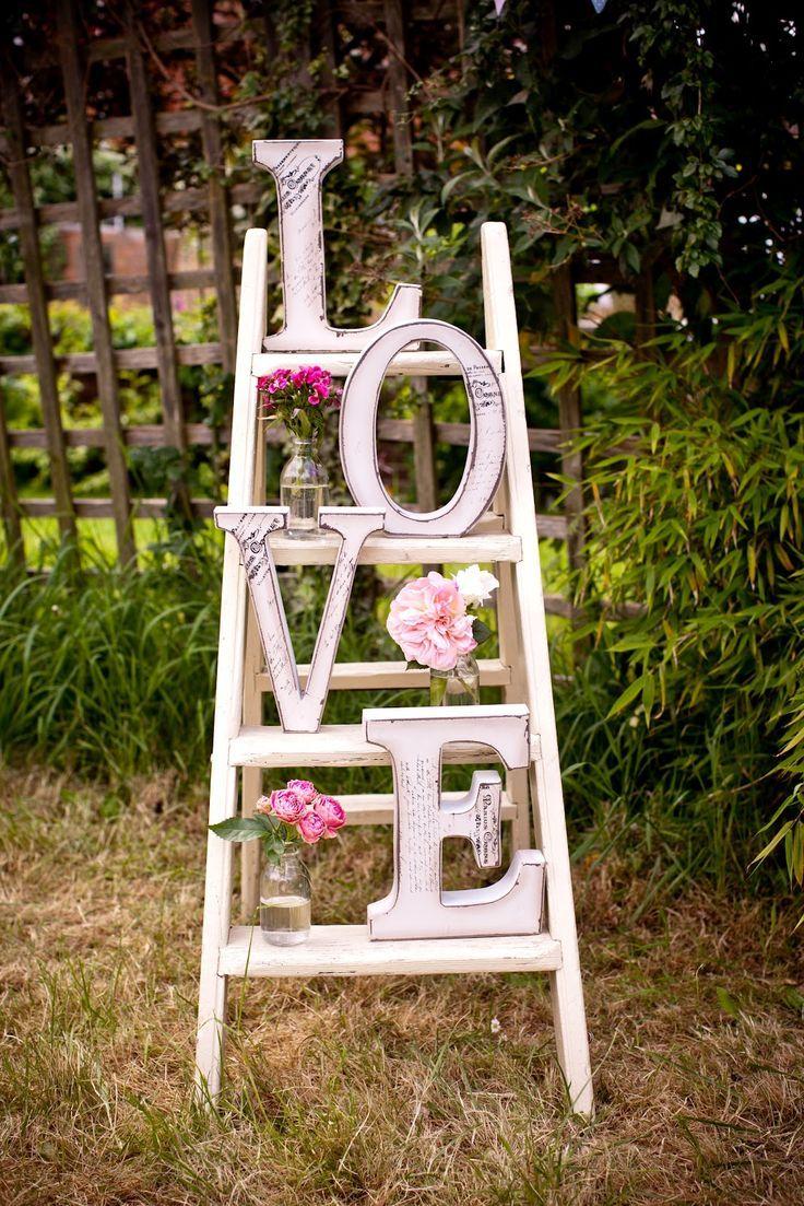 """Fabriquer des lettres """"love"""" en plus simple, avec du bois de palette et les poser dans le jardin..."""