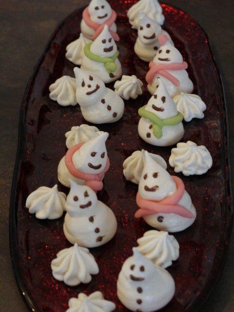 Meringues « bonshommes de neige »  Ces petites meringues sont simples à réaliser, juste un peu longues à cuire…. Mais cela vaut le coup ! J'ai testé des bonshommes de neige et le résultat est assez satisfaisant !