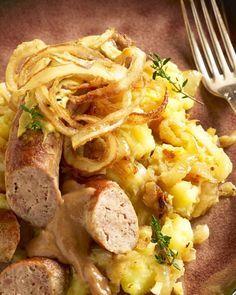 Een gerechtje om het lekker warm van te krijgen, deze uienstoemp met varkensworst. Serveer met een flinke schep mosterd!