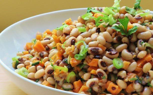 Μαυρομάτικα φασόλια σαλάτα με πικάντικο τέλειο ντρέσινγ. Μια συνταγή για υπέροχη κρύα σαλάτα γεμάτη γεύσεις και αρώματα, ελαφριά, αλλά θρεπτική και χορτασ