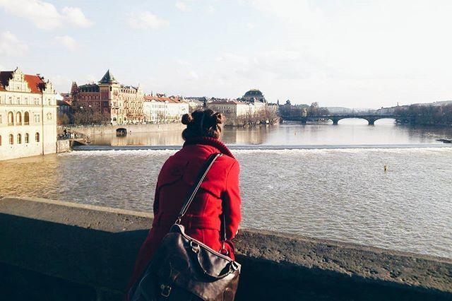 Lovely Red 🍒🎧 Dandy, Melania ~ Cry Me a River  Üzerimde 4 yıl evvel aldığım en sevdiğim kırmızı paltom💃 (artık pek olmuyor ama atamıyorum da 😋) ve en sevdiğim manzaralardan biri 👉 Prag surları 😍 Yine dalmışım düşünüyorum kim bilir ne 🙈🙉 4 yıl tabi dile kolay 💭 #memorymonday #prag #praha #prague #czechrepublic #czeckingtheworld #czecky #bestmemories #lovelytrip #besttimes  #redismycolor #red #praha🇨🇿