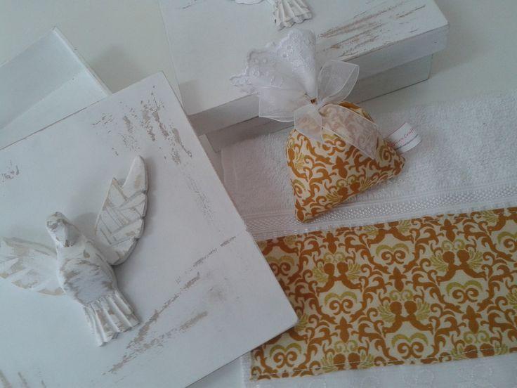 Caixa em MDF com aplicação do Divino Espírito Santo esculpido em madeira. <br>Acompanha toalha de lavabo, sachê e sabonete em forma de anjinho. <br>Ótimo presente para madrinhas, senhoras. <br> <br>Produção = 3 dias