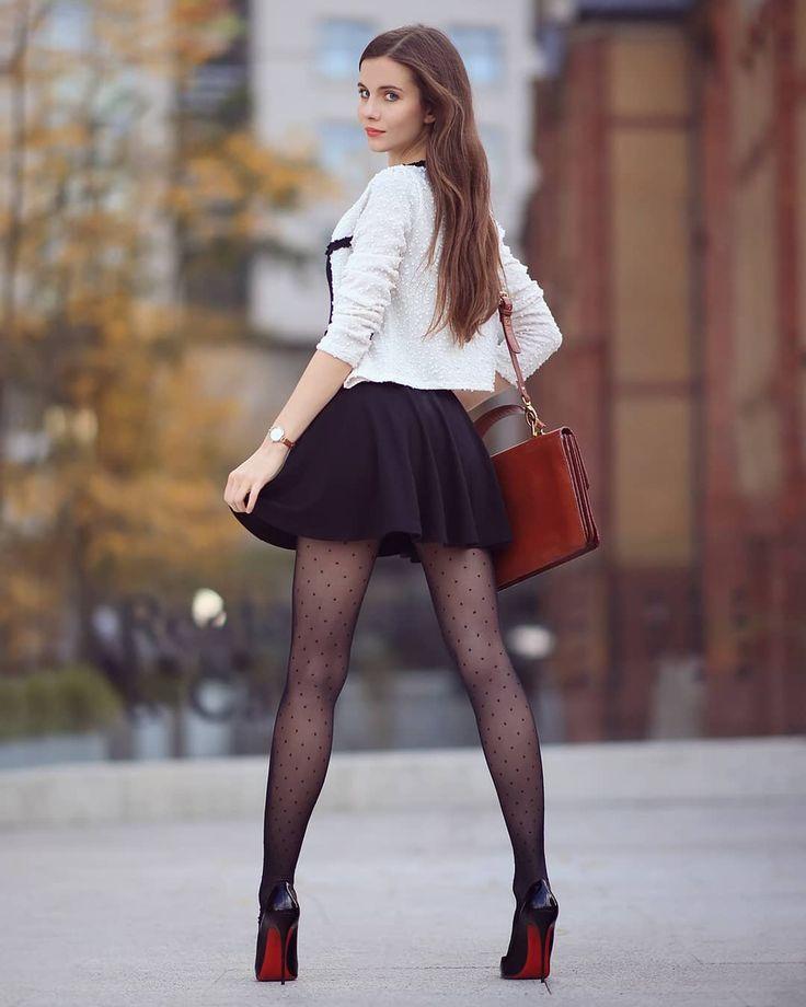 хочет получить смотреть красивая девушка в юбке и колготках курит рядом