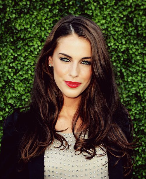 Brunette hair and red lips. Need to master this look!