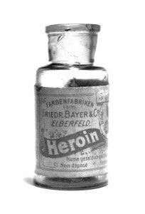 Heroína: Derivada do ópio, foi sintetizada no final do século XIX para ser uma alternativa não-viciante para a morfina, como tratamento para dor e para tosse de crianças (!) . Seu uso preferencial é intravenoso, pois o efeito ocorre mais rapidamente – e mais devastador. Ela causa efeitos similares ao ópio, como euforia, conforto e sonolência. O seu uso constante pode causar surdez, cegueira e inflamações nas válvulas cardíacas.