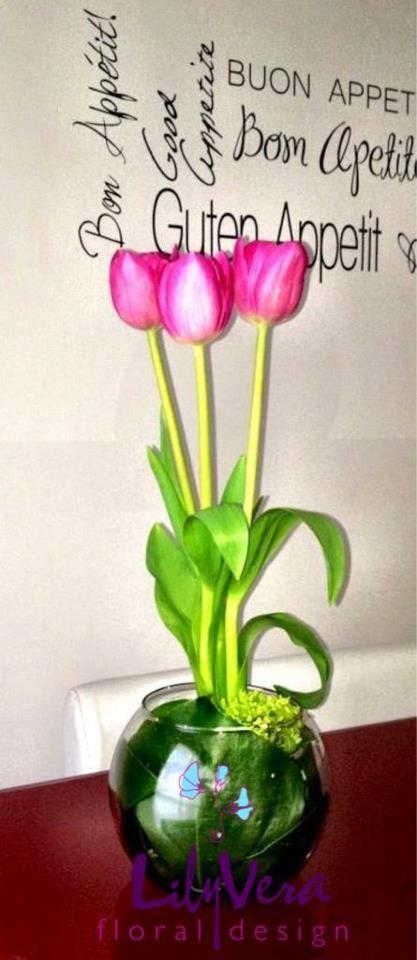 centro de mesa con tulipanes