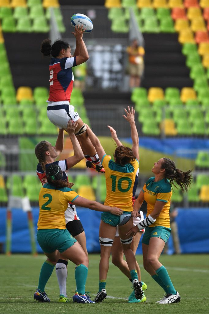 USA's Kelly Griffin (top) takes the line-out ball in the womens rugby sevens match between Australia and USA during the Rio 2016 Olympic Games at Deodoro Stadium in Rio de Janeiro on August 7, 2016. / AFP / Pascal GUYOT