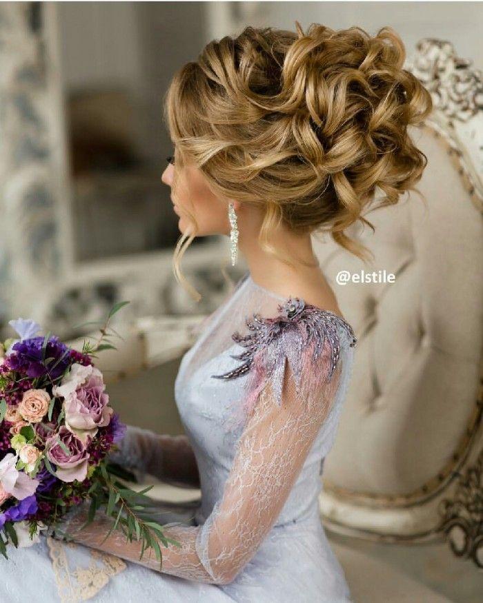 Acconciatura da sposa raccolta alta con boccoli morbidi per una sposa elegante e romantica