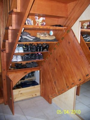 un range chaussures l 39 ensemble ouvert vous avez am nag le dessous de votre escalier. Black Bedroom Furniture Sets. Home Design Ideas