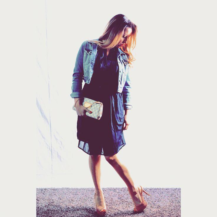 L'outfit del giorno! Un #lookiabi, abito blu in voile, con collo alla coreana e delle piccole pieghe sul davanti che creano un romantico movimento. Grazie @kiabi_italia #myfashiondiary #ellisvenere #personalshopper #fashionblogger #imageconsultant #igerstorino #outfitoftheday