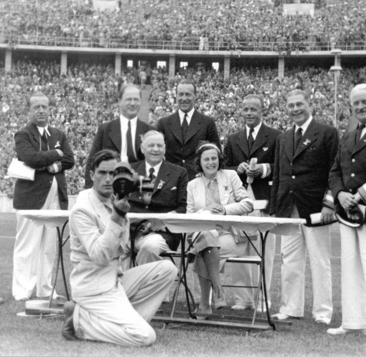 Leni Riefenstahl mit den Kampfrichtern 1936. Im Jahr 2002 verkaufte die die Bundesregierung die Filmrechte an das Internationale Olympische Komitee. Ihre beiden Dokumentarfilme stehen seit jeher auf der Liste der besten 100 Filme des Time Magazine. Berlin, 1936. o.p.