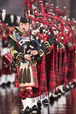 Basel Tattoo: Bands: Pipes and Drums of the Royal Corps of Signals, England