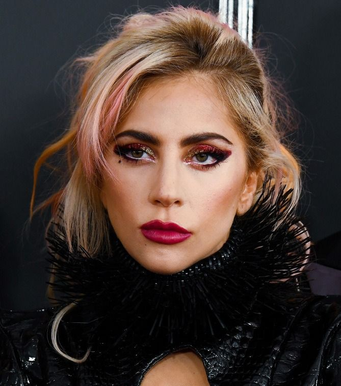 Grammys 2017: The Best Red Carpet Beauty Looks - Lady Gaga's pink highlights and berry eye makeup and lipstick