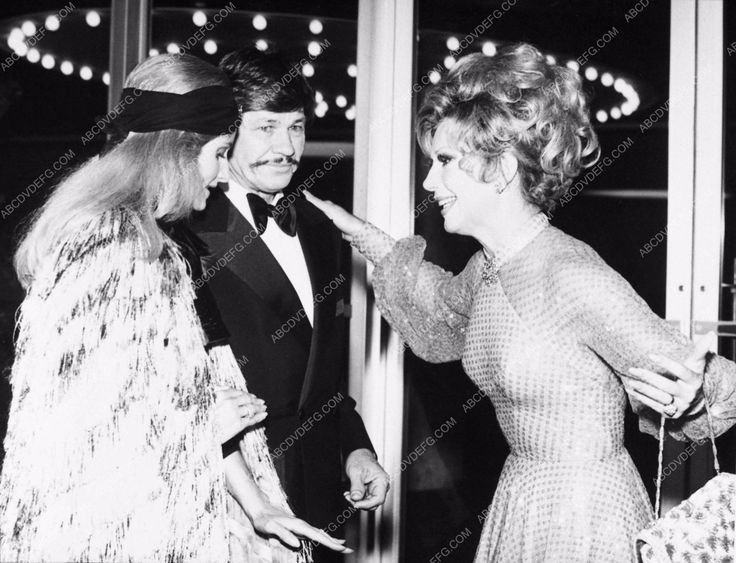 photo candid Jill Ireland Charles Bronson greeted by Ruta Lee 3095-26