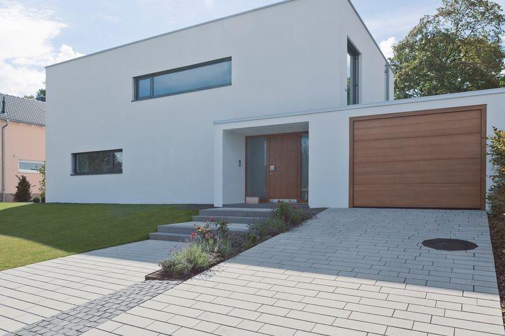 Das klare Design des Hauses spiegelt sich auch im Belag wieder. Unser Öko-Pflaster Hydropor Padio ist PKW belastbar. #rinnbeton #gartengestaltung #design