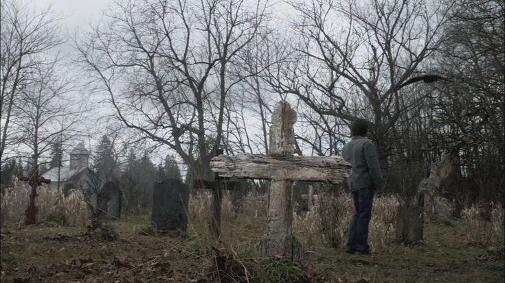 Le cimetière de Stull, Kansas - Etats Unis Ce village de 20 personnes très éloigné de la civilisation a un cimetière qui est considéré aujourd'hui comme l'une des sept portes de l'Enfer tellement les événements paranormaux y sont diaboliques. En permanence surveillé par la police, même le Pape Jean Paul II avait refusé de survoler cet endroit en avion.