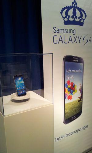 MDF Sockel Weiss mit Plexiglas Schutzkappe fuer Samsung von Solits www.sockelundsaeulen.de)
