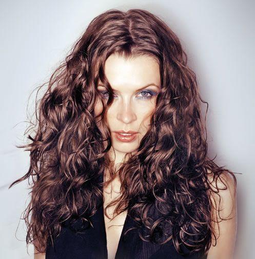 Нанесите на волосы немного пасты для моделирования и слегка взлохмать волосы, наклони голову вниз и сбрызни корни волос лаком для придания прическе дополнительного объема. Теперь пальцами расправь получившийся на голове «художественный беспорядок».  http://shop.topcosmetics.ua/catalog/hair-care/schwarzkopf-professional/