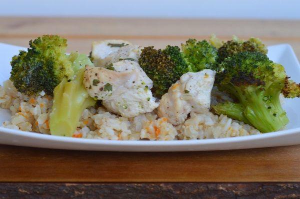 Bardzo udany przepis, a bohaterem dania jest tu niewątpliwie ryż - ugotowany w bulionie, z dodatkiem warzyw smakuje po prostu doskonale.    Danie diety przyspieszającej metabolizm, dla fazy 1. Na obiad lub kolację. Składniki na 4 porcje.