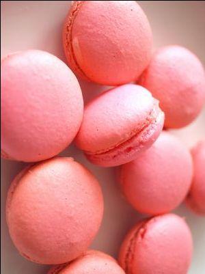 ホワイトチョコレートのガナッシュをサンドして♡キュートな苺マカロンのレシピ