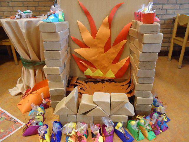 Vuur van vilt voor de haard, gebouwd van blokken uit de bouwhoek.