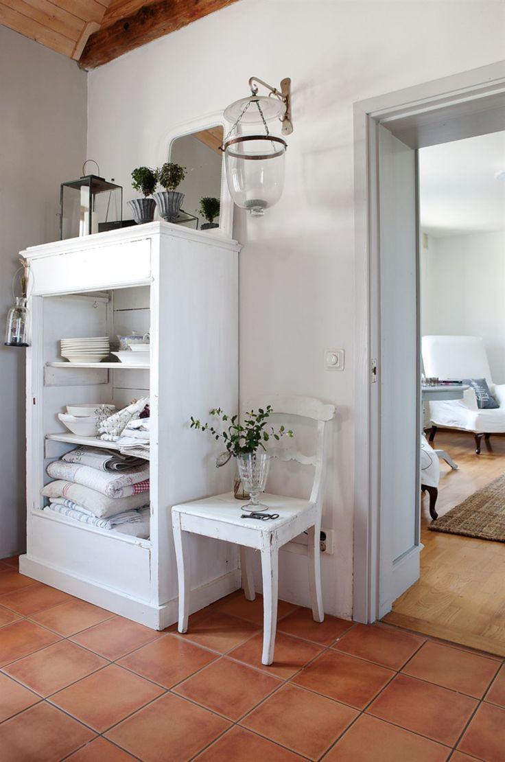 Gamla möbler. Ett vackert gammalt linneskåp har fått bli öppen förvaring i matvrån. Katarina placerar gärna ut enkla och vackra stilleben - här på en gammal köksstol.