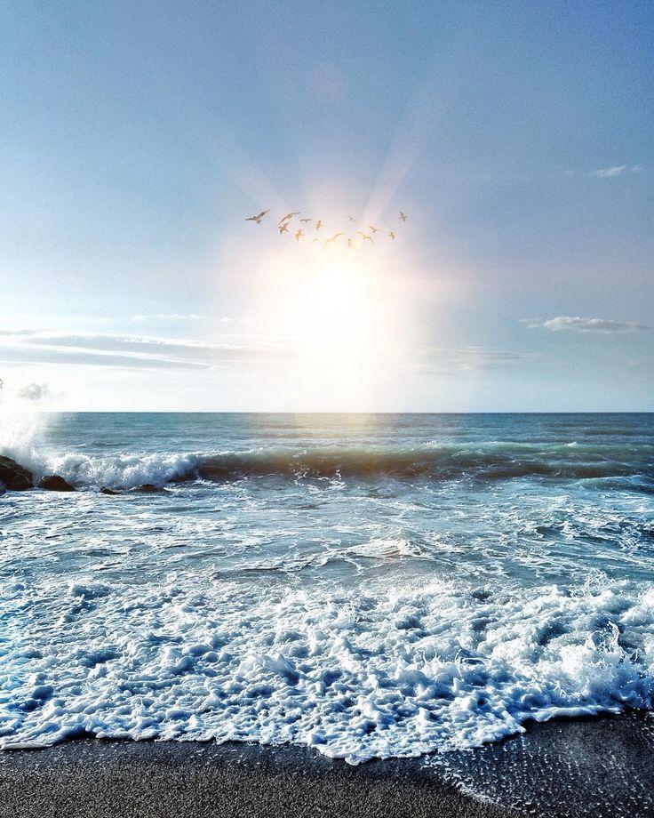 """#sunshine  - """"I tre grandi suoni elementari in natura sono il rumore della pioggia il rumore del vento in un bosco selvaggio e il suono del mare che si frange su una spiaggia. Li ho sentiti e delle tre voci elementari quella del mare è la più incredibile bella e varia."""" [Henry Beston] - Buona domenica @igers  ________________________ Picture by: @imperativoipotetico  Edited by: @snapseed__app and @vsco  ________________________ #ohyesitaly #vscogram #tv_living #communityfirst #igrecommend…"""