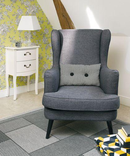 Avec son grand dossier, voilà un fauteuil confortable pour lire et se détendre avec chic
