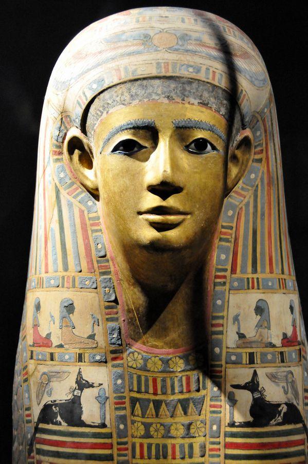 Máscara mortuária do faraó Tutancâmon, que data de 1350 a.C. Egyptian Mummy Mask (Egypt early Roman period).jpg