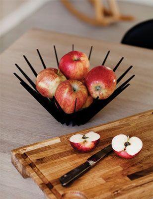 Morfo :: RAYS bowl BLACK. Minimalistisk sort frugtskål med skulpturelle linier hindrer brune frugtpletter · smukt dansk design med funktion