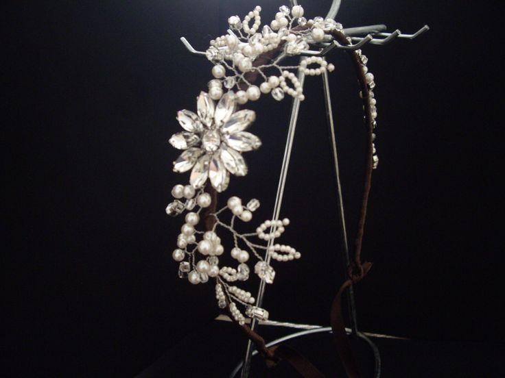 友人からのオーダーで作ったウェディング用のヘッドドレス。 片側にボリュームを持たせた枝で動きを持たせたタイプ。 made to order wedding head dress.