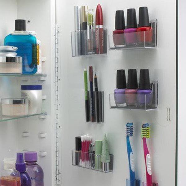 Mit Klebestreifen und Plastikfächern könnt ihr den Platz im Badezimmer voll nutzen