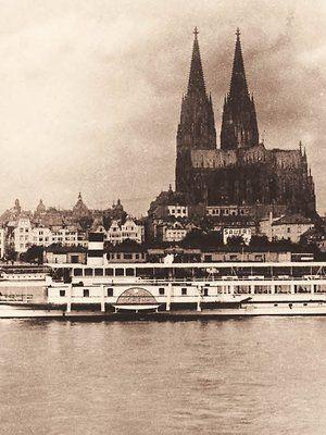 "Der Raddampfer ""Goethe"" der Köln-Düsseldorfer vor dem Kölner Panorama."