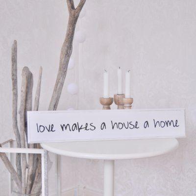 Snygg trätavla med vackert budskap; love makes a house a home