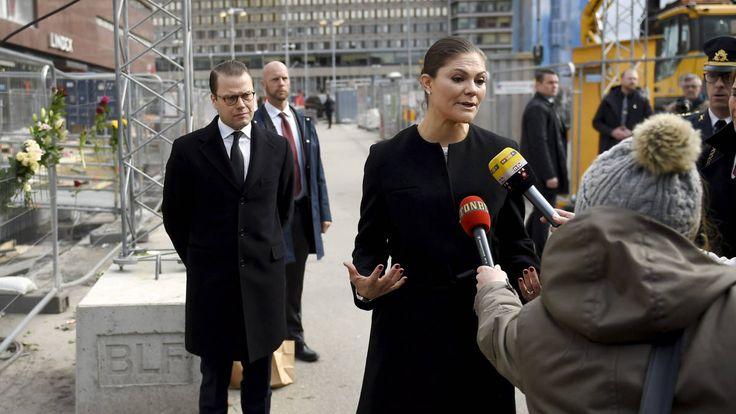 Ruotsin kruununprinsessa Victoria ja hänen puolisonsa prinssi Daniel vierailivat terrori-iskun kohteeksi joutuneella Drottninggatanilla lauantaina.