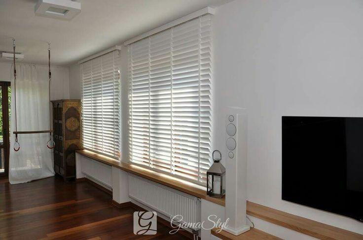 Żaluzje drewniane 50 mm, taśma w kolorze lameli, żaluzje drewniane w salonie http://www.gamastyl.pl/oferta/zaluzje-drewniane