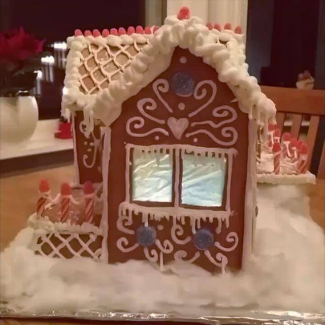 Welcome to Gräsvretsvägen! 😃 This year we made a house that is very special for us. Our first home together ❤😄 #gingerbreadhouse #pepperkakehus #helenorgebaker #helasverigebakar