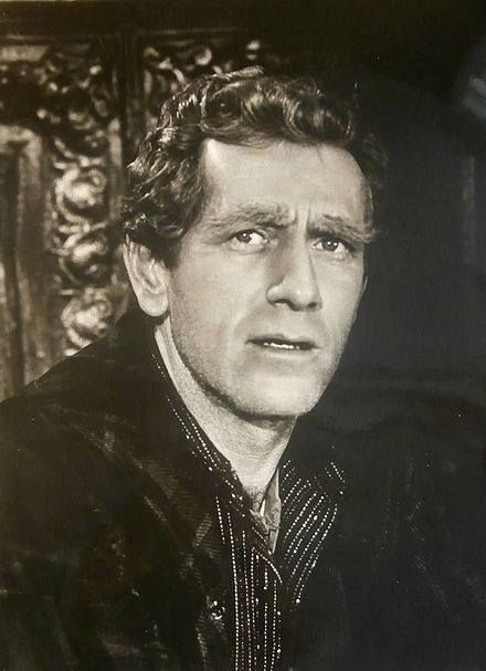 Remembering character actor JOHN ANDERSON (1922 – 1992), who was born on October 20th. An accomplished actor, Anderson worked mainly in television and was cast 239 times. Earlier work included appearances on many Western series. In Gunsmoke, 1958–1973 he appeared twelve times, eleven in The Rifleman, 1959–1963, and six times each in Laramie, 1960–1963, Have Gun Will Travel, and The Virginian, 1962–1969, as well as five appearances as Virgil Earp in The Life and Legend of Wyatt Earp…