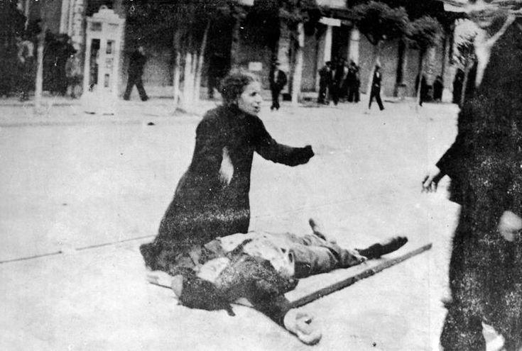 Η μάνα του δολοφονημένου καπνεργάτη Τάσου Τούση, θρηνεί πάνω απ' το άψυχο σώμα του παιδιού της. Η φωτογραφία δημοσιεύτηκε στο Ριζοσπάστη της 10/5/1936