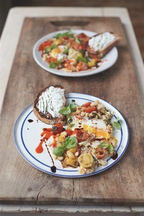 De Britse Jamie Oliver krijgt dankzij zijn televisieprogramma's en kookboeken dagelijks vele lachend achter het fornuis. Maar daar stopt zijn missie als chef niet.Nu mensen meer plezier hebben in het koken wil hij mensen vooral bewust maken van wat ze eten. Daarvoor bundelde hij 90 heerlijke recepten in zijn nieuwste boek: 'Jamie's superfood voor elke …