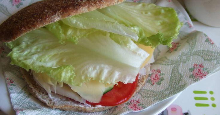Fabulosa receta para Bocadillo estival . Me apetecía cenar un bocadillo que fuese liviano y fresquito porque el calor perdura aún por las noches. Con un pan multicereales, quesos, jamón, tomate, lechuga y lechuga, me prepare este sándwich que, mejor comer de dos en dos.