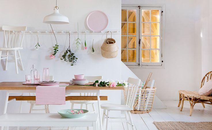 Zorg voor een lentegevoel door het toevoegen van lichtroze accenten in je eetkamer | IKEA IKEAnederland IKEAnl wooninspiratie inspiratie interieur eetkamer keuken eten diner drinken JASSA collectie bamboe rotan roze wit RANARP hanglamp ANVÄNDBAR eettafel NORRARYD stoel FLÅDIS mand landelijk