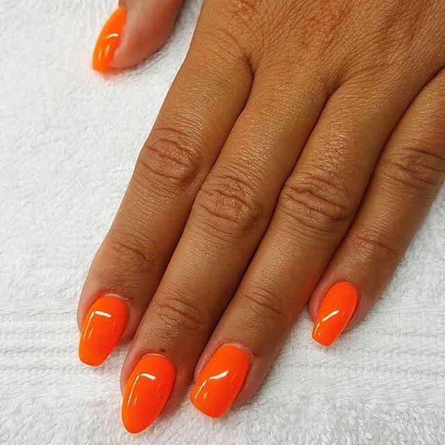 Auch Der Herbst Schreit Nach Kraftigen Farben Der Gel Lack Leuchtend Orange Macht In Jeder Shape Eine Gute Figur Good St In 2020 Nails Inspiration Nails Inspiration
