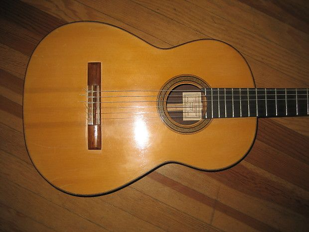 This is a 1964 Conde Hermanos Spruce top Brazilian rosewood back and sides classical guitar. It has some scratch marks on the top and a few ding's but no cracks or repairs. Frets are good fretboard has some file marks near the frets on the treble side.The neck has some dark spos on the back side that you can't feel when plkaying. nut width 51 mm 660 mm scale. It has a bold sound ,fast response with a deep bass and loud trebles. Hard shell case included