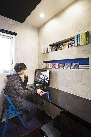 コンクリート調のデザインの中に、ラメの入ったブルークロスをきかせた書斎。