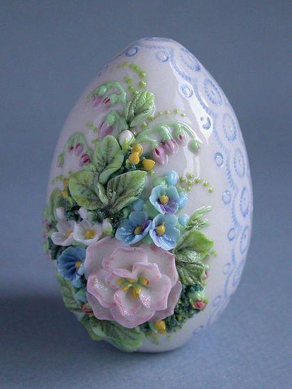 """Пасхальное яйцо с ручной лепкой и росписью """"Нежность""""."""