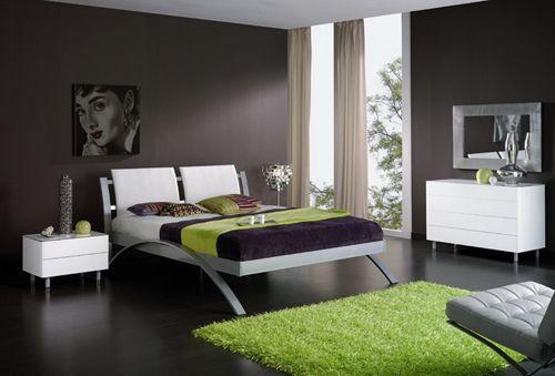 Un tocco di verde a sdrammatizzare i toni scuri della stanza da letto. Suggerimento: una sospensione PARNASSIUS diametro 70, verde chiaro.