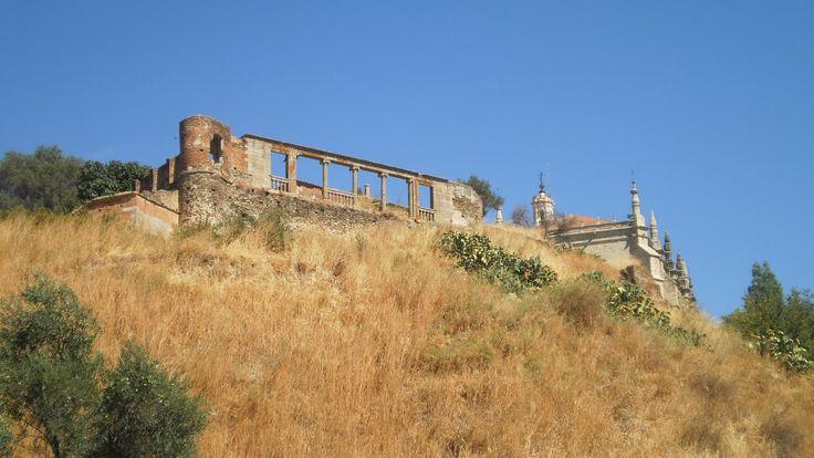 Los Duques de Alba construyeron un gran palacio en Coria a la vez que construían el castillo actual de la ciudad. De los restos del castillo, que fuera construido sobre restos romanos, aún queda parte de su bonita terraza renacentista.