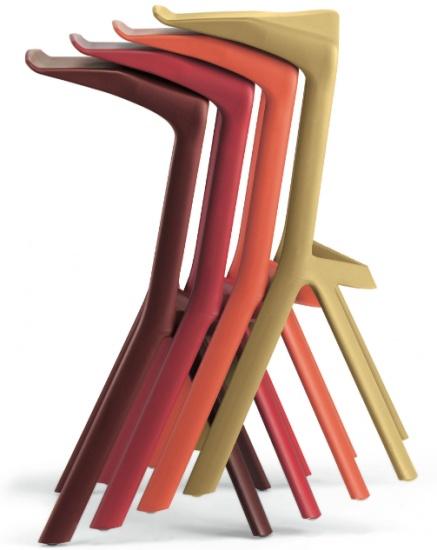 Perfetto sia a casa che in ufficio, Miura è uno sgabello impilabile disegnato dal tedesco Konstantin Grcic in collaborazione con Plank.